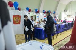 Дмитрий Артюхов и Дмитрий Кобылкин выбирают губернатора Тюменской области, кабинка для голосования, выборы, артюхов дмитрий, избирательный участок