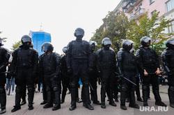 Несанкционированный митинг сторонников Навального против пенсионной реформы. Челябинск, омон, полиция, оцепление, люди в черном