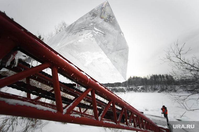 База ледозаготовки для Новогоднего городка на площади 1905 года. Свердловская область, поселок Северка, лед, заготовка льда, льдина