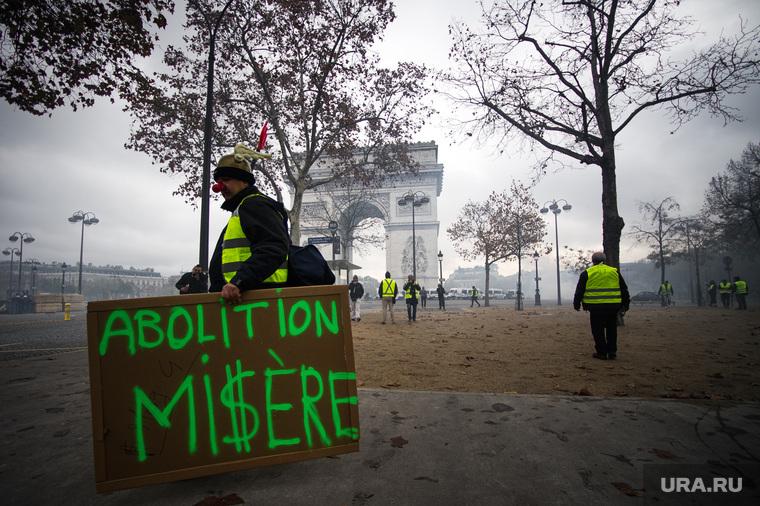 Акция протеста против повышения налога на бензин и дизельное топливо на Елисейских полях. Франция, Париж, париж, триумфальная арка, франция, плакат, транспорант, акции протеста