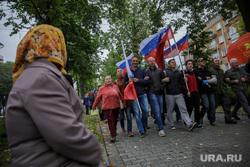 Несанкционированная акция против изменения пенсионного законодательства в Перми, пенсионерка, бабушка, шествие, флаг россии, несанкционированный митинг, пенсионная реформа