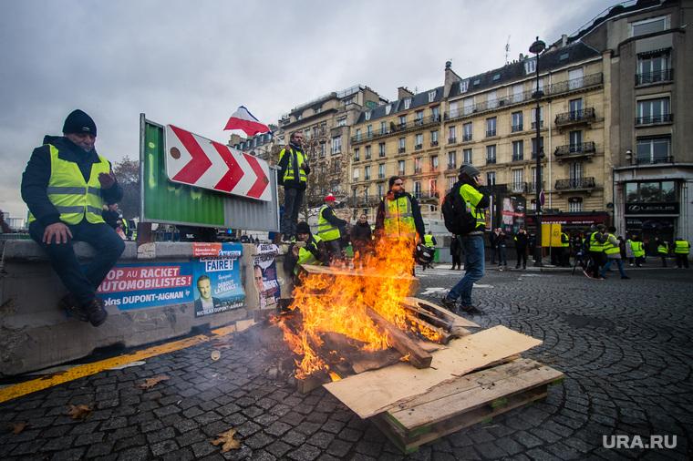 Акция протеста против повышения налога на бензин и дизельное топливо на Елисейских полях. Франция, Париж, костер, париж, флаг франции, франция, акции протеста