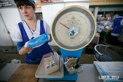 Проверка санкционных продуктов на Шарташском рынке. Екатеринбург, весы, магазин