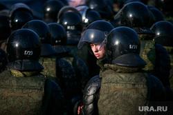 """Несанкционированный митинг """"Он нам не царь"""" на Пушкинской площади. Москва, полицейские, взгляд, росгвардия, омон, росгвардия, строй"""