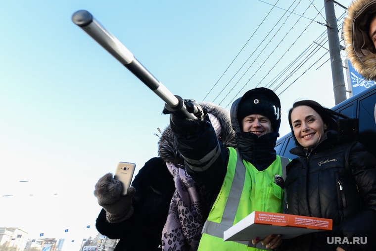 Акция ГИБДД по раздаче пиццы женщинам-водителям к 8 марта. Челябинск, девушка, пицца автомобилиста, гаи гибдд, инспектор дпс, женщина-водитель