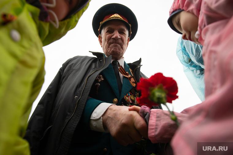 """Акция памяти """"Бессмертный полк"""". Екатеринбург, поздравление ветерана, ветеран войны, дети"""