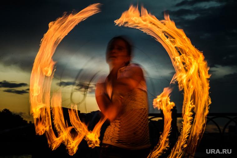 Вечер в Екатеринбурге, представление, файершоу, уличное выступление, закат, вечер, огонь, файерщики