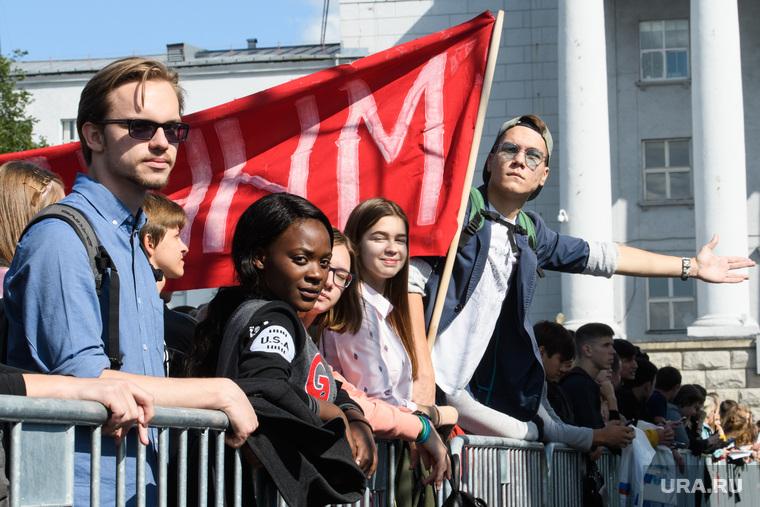 Виды Екатеринбурга, девушка, уральский федеральный университет, иностранные студенты, урфу, негритянка, транспарант, интернационализм, обучение за рубежом