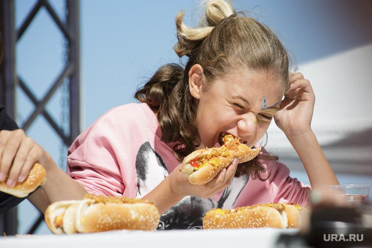 Конкурс по поеданию хот-догов. Пермь, хот-дог, вредная пища, фастфуд, еда