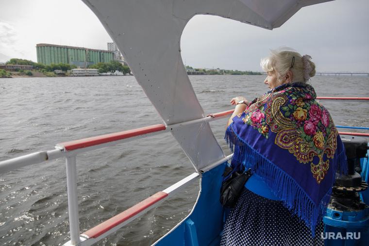 Виды Перми, пенсионерка, бабушка, отдых на воде, водный транспорт