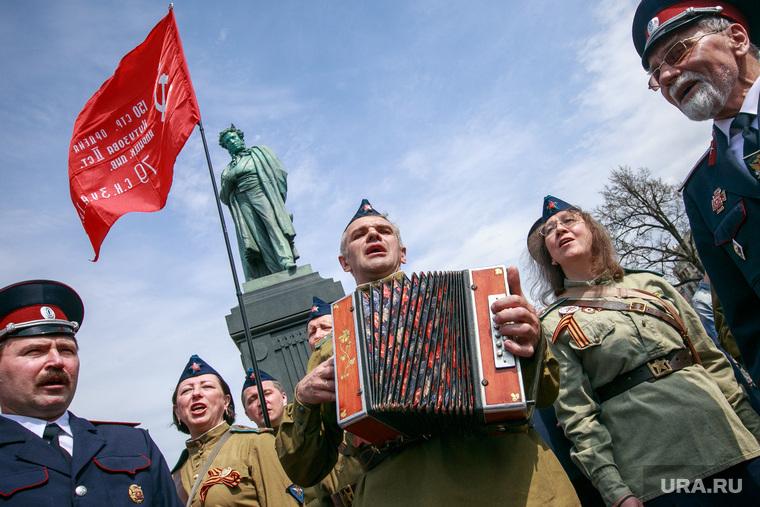 """Несанкционированный митинг """"Он нам не царь"""" на Пушкинской площади. Москва, хор, гармонист, памятник пушкину, пушкинская площадь, патриоты, гармонь, красные флаги, военные песни, день победы, 9мая, форма великой отечественной войны"""