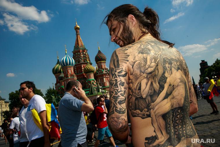 Футбольные болельщики в Москве, собор василия блаженного, болельщики, татуировка на спине, распятие, тифози, снятие со креста, покровский собор, красная площадь