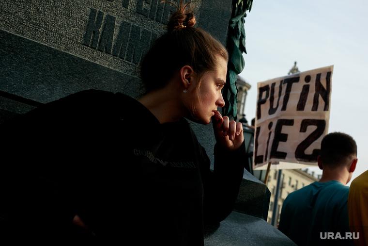 Митинг против пенсионной реформы сторонников Алексея Навального в Москве. Москва, плакаты, девушка, задумчивость, молодежь, путин лжец