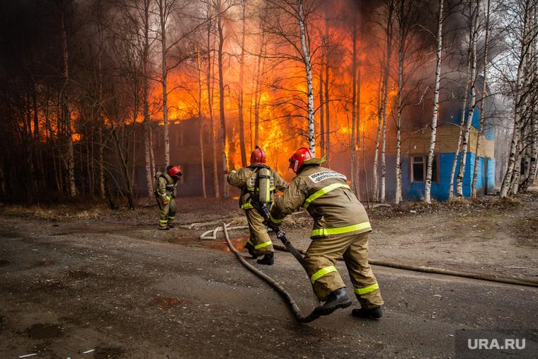 Пожар в расселенном доме, в поселке Солнечный. Сургут, пожарные, пожар, огонь, мчс