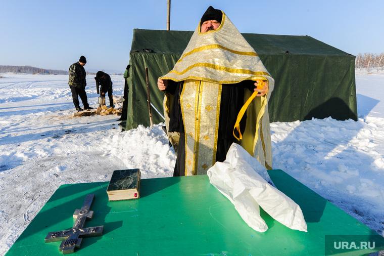 Крещенская купель на озере Аргази в селе Чишма Челябинской области, священник, поп, рпц, облачение