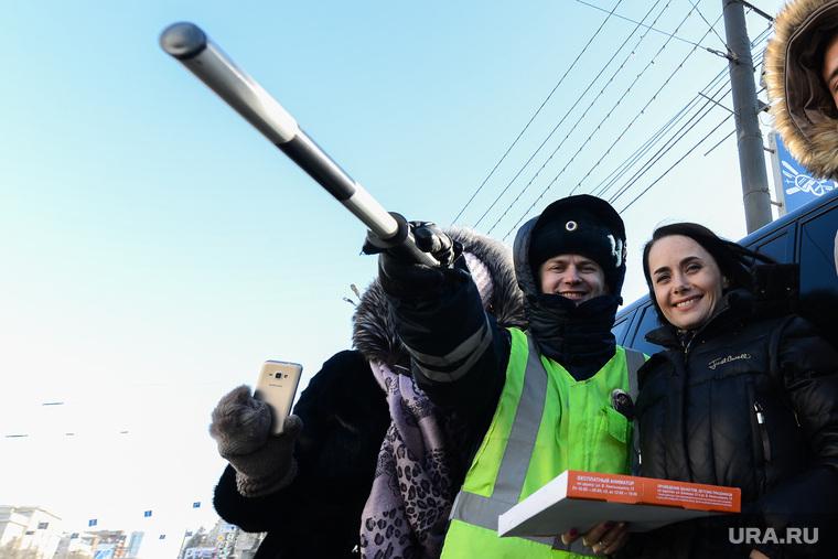 Акция ГИБДД по раздаче пиццы женщинам-водителям к 8 марта. Челябинск, пицца автомобилиста, гаи гибдд, женщина-водитель