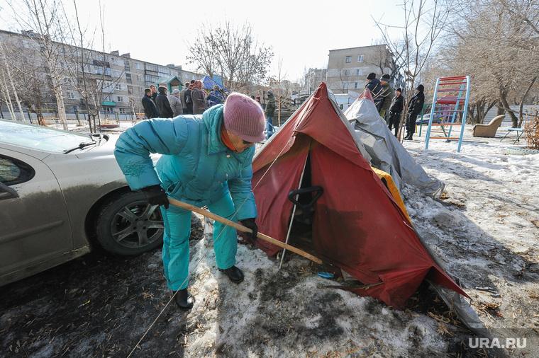 Противостояние жителей дома на Каслинской 17, защищающих детскую площадку, и застройщика. Челябинск, дворник, палатка