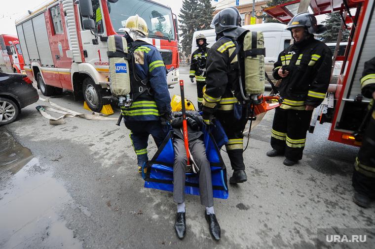Учения МЧС на пожаре в Правительстве Челябинской области. Челябинск, пожарная машина, носилки, эвакуация пострадавшего
