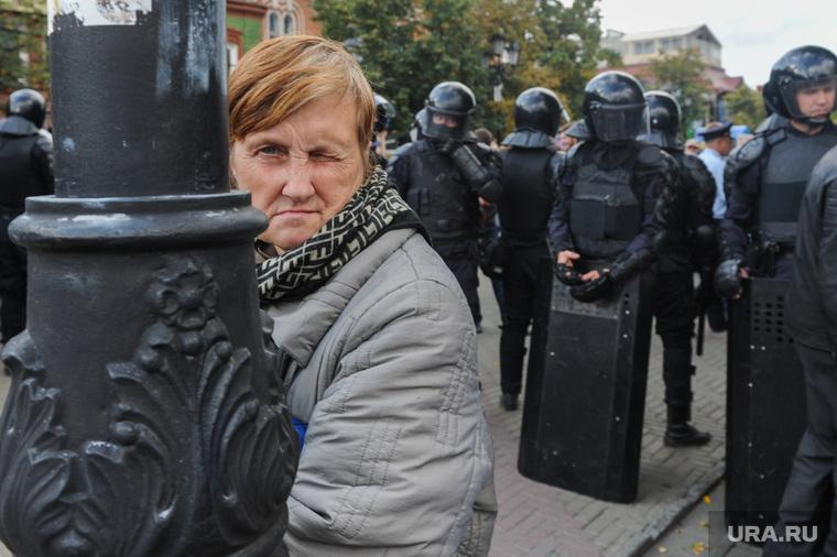 Несанкционированный митинг сторонников Навального против пенсионной реформы. Челябинск, пенсионерка, подозрение, взгляд, оцепление, омон