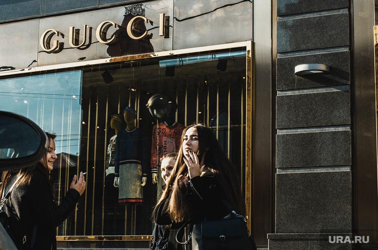 Прохожие на фоне люксовых магазинов. Екатеринбург, девушки, gucci, гучи
