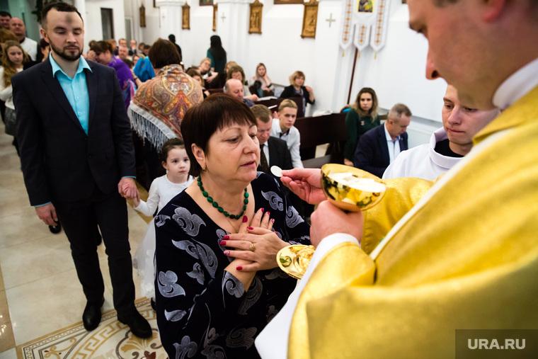 Рождество Христово в Римско-католическом приходе Святого Иосифа Труженика. Сургут, обряд, католики, религия, облатка
