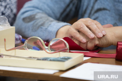 Факультет ДПИ в университете третьего возраста. г. Курган, руки, очки в руках, пенсия
