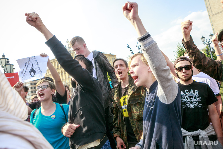 Митинг против пенсионной реформы сторонников Алексея Навального в Москве. Москва, подростки, крик, навальнята, кулак вверх, кричалки, протест, протестующая молодежь