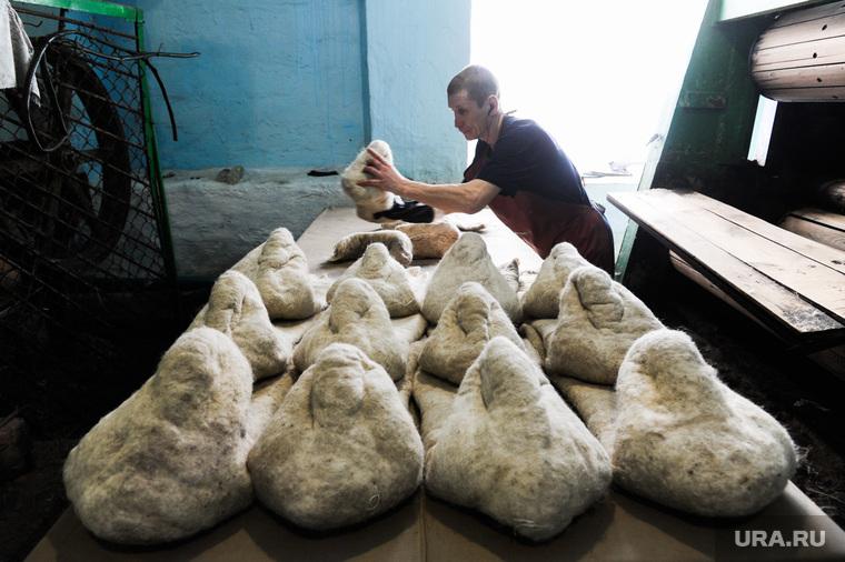 Цех по производству валенок. Пимокатный цех в селе Бродокалмак. Челябинская область, пимокатный цех, производство валенок