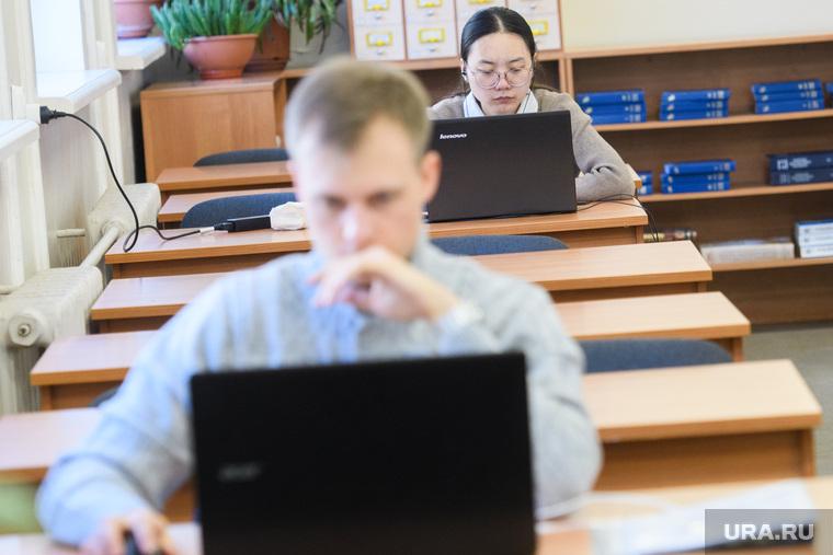 Студенты УрФУ в экзаменационный период. Екатеринбург, читальный зал, студент, учеба, подготовка, занятия