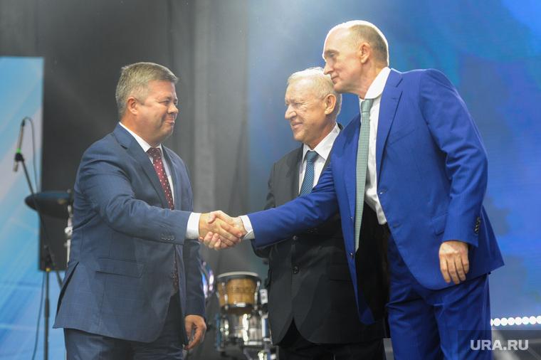 Почетные граждане города на праздничном концерте. Челябинск, рукопожатие, мошаров станислав, тефтелев евгений, дубровский борис
