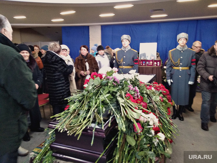 Прощание с Тизяковым. Екатеринбург, прощание с усопшим, почетный караул, цветы, гроб
