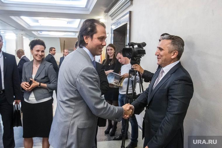 Якушев поздравляет Уватнефтегаз. Тюмень, рукопожатие, моор александр, сысоев владимир