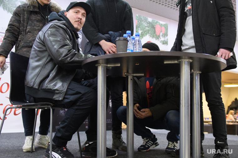 Автограф- и фотосессия Ромы Жигана перед презентацией фильма «BEEF: русский хип-хоп». Екатеринбург, жиган роман