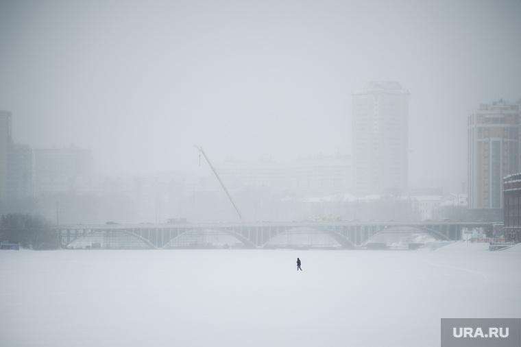 Виды Екатеринбурга, река исеть, прохожий, мост челюскинцев, переход по льду, снег, зима, осадки, туман, холод