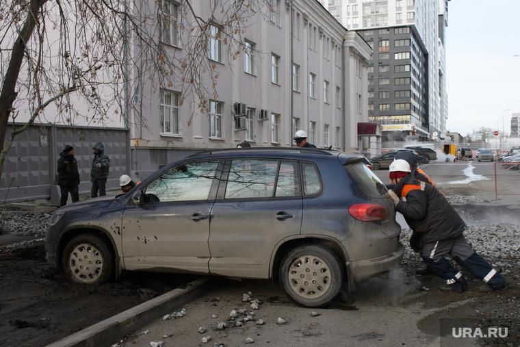 Прорыв горячей воды на улице Крылова. Екатеринбург, автомобиль, обочина, парковка на газоне, толкает автомобиль