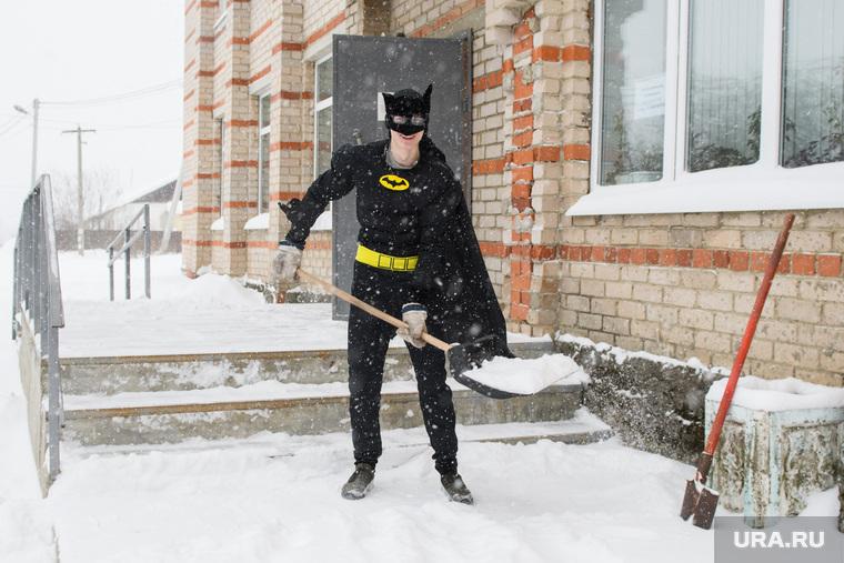 Влад Рябухин чистит снег в костюме Бэтмена. Свердловская область, пос. Кедровка, рябухин владислав, супергерой, убирает снег