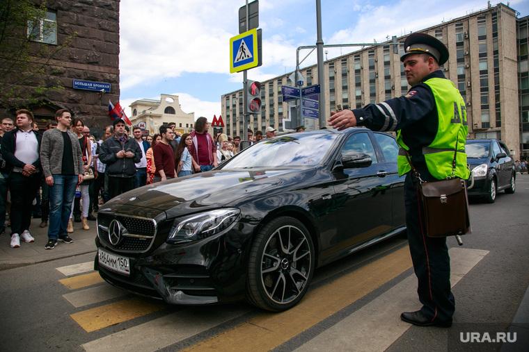 Несанкционированный митинг на Тверской улице. Москва, пешеходный переход, регулировщик, мерседес бенц
