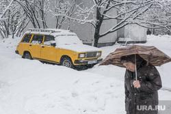 Снегопад в Москве. Москва, жигули, лада, зонт, снегопад, зима, четвертая модель, четверка, желтая машина