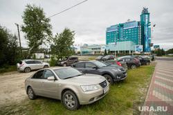 Парковки на газоне возле офисов Газпром и Тюменьэнерго. Сургут, парковка на газоне, газпром-трансгаз