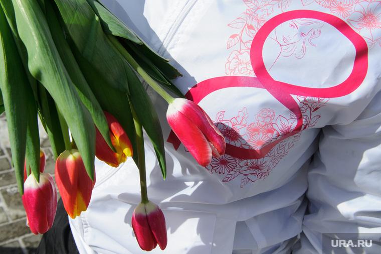 Волонтёры раздают тюльпаны на улице Вайнера. Екатеринбург, тюльпаны, 8марта, цветы, международный женский день