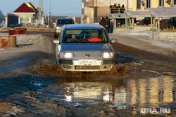 Репортаж про якутских ученых. Якутск, лужа, toyota, автомобиль, тойота, японка, грязь на дорогах, весна, распутица, бездорожье, правый руль