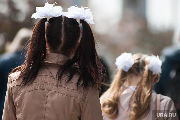 Гуляющие по городу выпускники в день Последнего звонка. Екатеринбург, последний звонок, школьницы, выпускники, школьники, бантики
