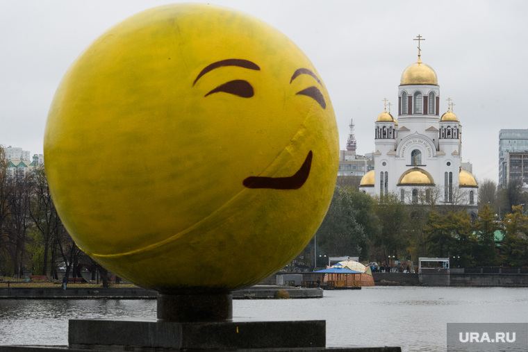 Виды Екатеринбурга, храм на крови, шар, стрит-арт, город екатеринбург, октябрьская площадь, уличное искусство, стрит арт, смайл, эмоции, ухмылка