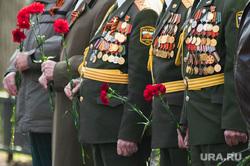 Возложение цветов к памятнику Георгию Жукову у штаба Центрального военного округа. Екатеринбург