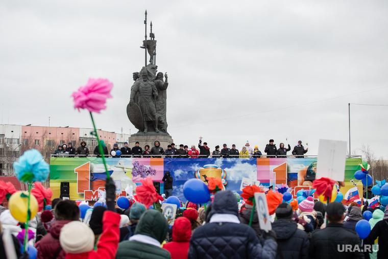 Первомайская демонстрация на проспекте Ленина. Сургут, 1 мая, город сургут, демонстрация, памятник основателям сургута