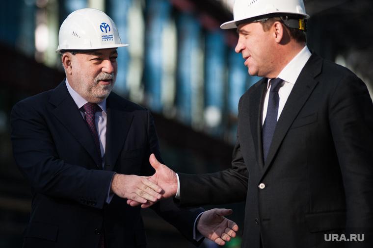 Церемония передачи для московской ТЭЦ самой крупной в мире теплофикационной турбины. Екатеринбург, рукопожатие, куйвашев евгений, вексельберг виктор, турбинный завод