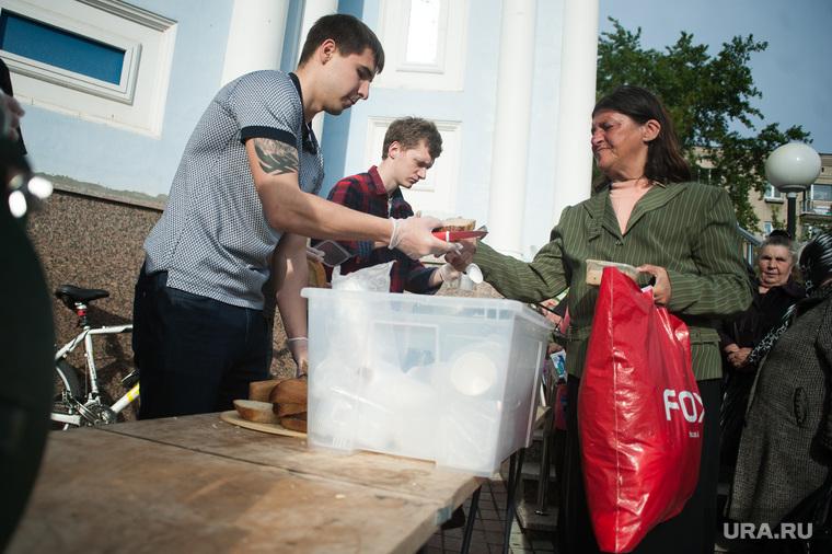 Раздача еды бездомным при поддержке фонда
