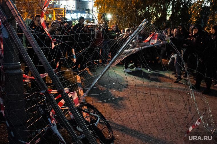Акция против строительства собора святой Екатерины на территории сквера у Театра драмы. Екатеринбург, беспорядки, протест, сквер на драме, храм на драме