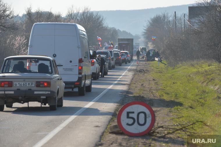 Крым. День перед референдумом., пробка, шоссе, трасса, знак ограничения скорости