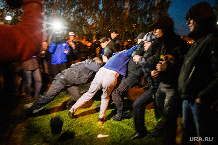 Беспорядки в сквере на Октябрьской площади. Екатеринбург